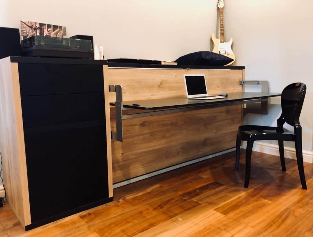 łóżko w szafie z biurkiem