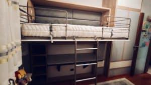 składane łóżko piętrowe z biurkiem