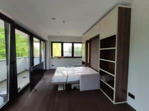 aranżacja małego salonu łóżko w szafie z sofą